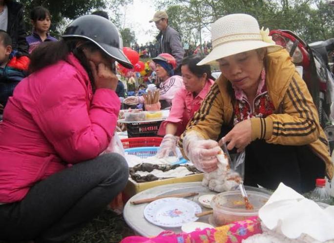Từ sáng sớm, nhiều người đã tới chợ thưởng thức các món ăn dân dã, trong đó có món bánh cuốn