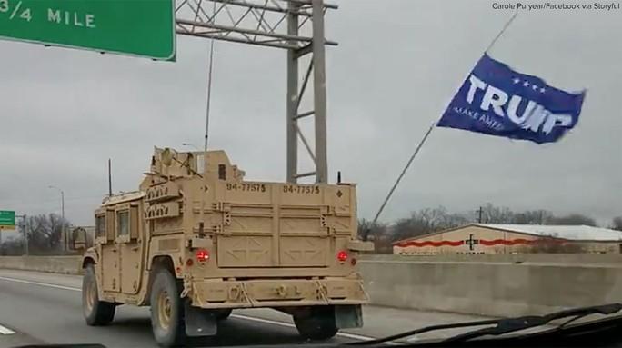 Lá cờ in chữ Trump treo trên một chiếc xe trong đoàn xe. Ảnh: ABC NEWS