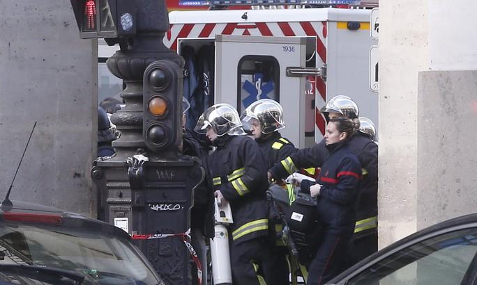 Cảnh sát chống khủng bố Pháp tại hiện trường. Ảnh: AP