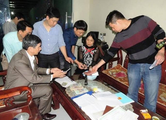 Công an tỉnh Hà Nam đang khám xét sau khi ập vào sới bạc do vợ chồng Nguyễn Thị Kim Oanh (dấu X) tổ chức ngay tại nhà - Ảnh Công an Hà Nam cung cấp