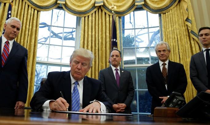 Ông Trump ký sắc lệnh hành pháp hôm 23-1. Ảnh: REUTERS