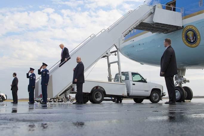 Ông Trump trên chiếc Không lực 1. Ảnh: AP