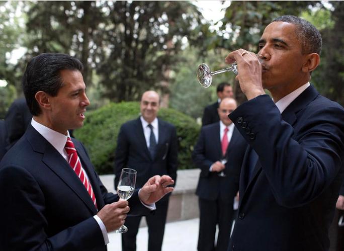Ông Obama nâng ly cùng Tổng thống Peña Nieto vào năm 2013. Ảnh: INSTAGRAM