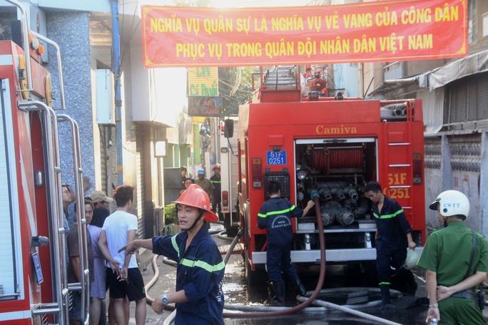 Hàng chục cán bộ, chiến sĩ PCCC tham gia công tác cứu hỏa