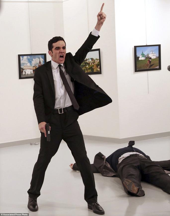 Bức ảnh chụp kẻ ám sát Đại sứ Nga tại Thổ Nhĩ Kỳ Andrei Karlov. Ảnh: AP