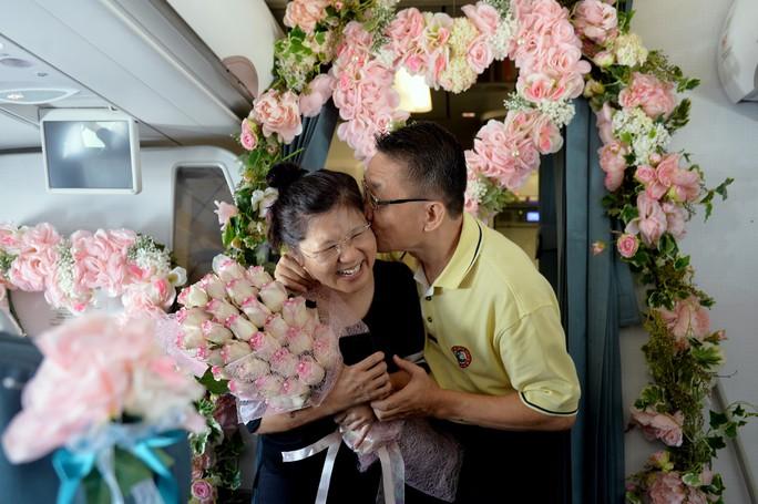 Bà Linda F. vui mừng trước món quà bất ngờ và sự bày tỏ tình cảm của người chồng, ông Daniel F.