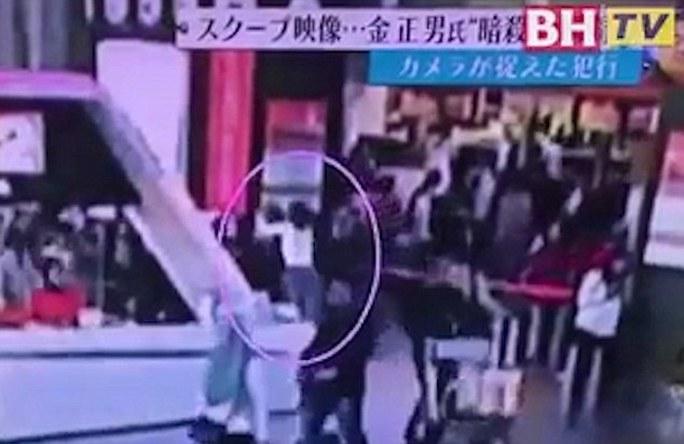 Người phụ nữ mặc quần jean, áo trắng tiếp cận ông Kim Jong-nam từ phía sau. Ảnh: DAILY MAIL