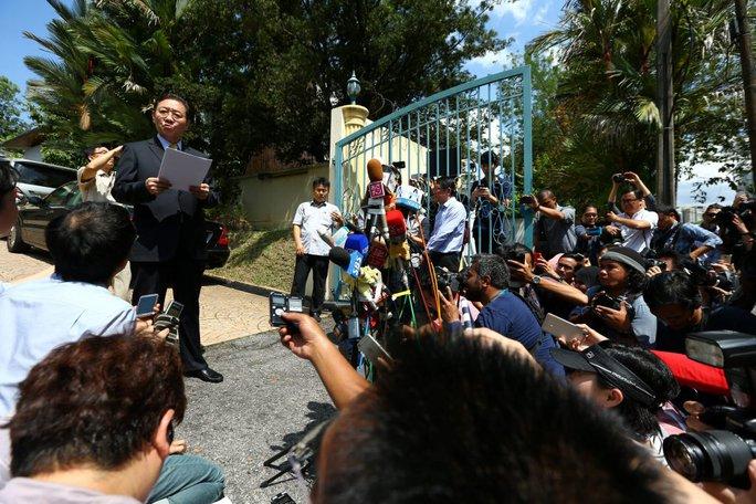 Đại sứ Triều Tiên tại Malaysia Kang Chol nói về vụ án Kim Jong-nam trước phóng viên hôm 20-2. Ảnh: REUTERS