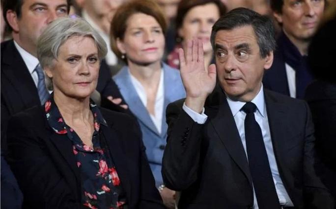 Ông Fillon và vợ, bà Penelope. Ảnh: TELEGRAPH