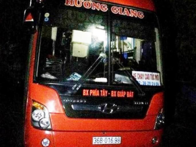 Chiếc xe khách 45 chỗ nhưng nhồi nhét tới 94 người bị CSGT Ninh Bình bắt giữ