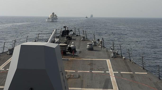 Tàu Mỹ và tàu Iran thường chạm mặt nhau tại eo biển Hormuz. Ảnh: NAVY.MIL