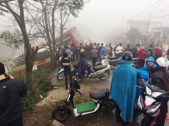 Hiện trường vụ tai nạn khiến 2 chiếc xe ô tô lao xuống sông Cà Mau ở Ninh Bình