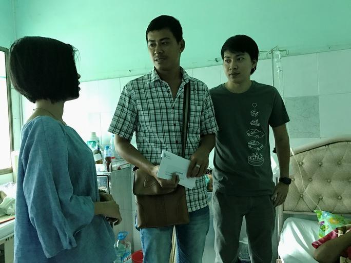 Anh Lương Quốc Quân (giữa) bức xúc trước vụ việc