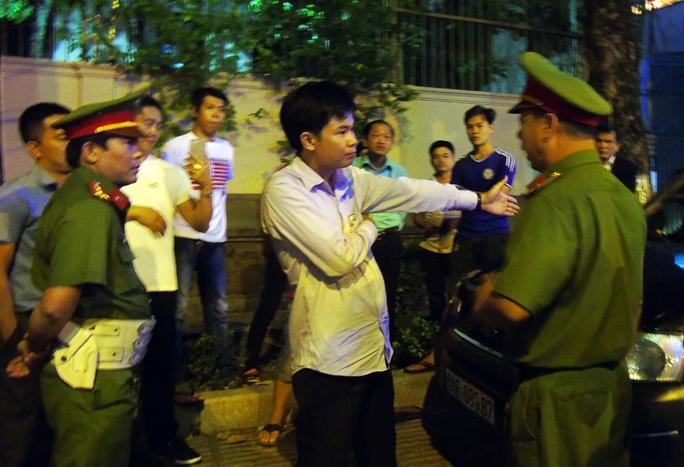 Người đàn ông có biểu hiện say xỉn đã rời khỏi hiện trường, lực lượng chức năng tiến hành cẩu xe vi phạm về trụ sở cơ quan chức năng.