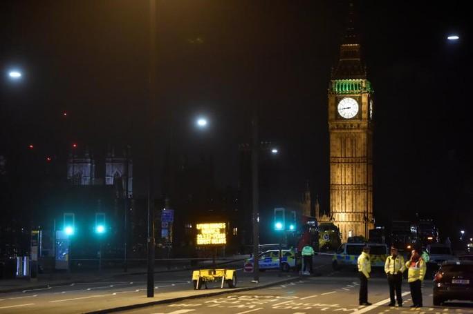 Cảnh sát làm việc tại hiện trường vụ lao xe ở London hôm 22-3. Ảnh: REUTERS