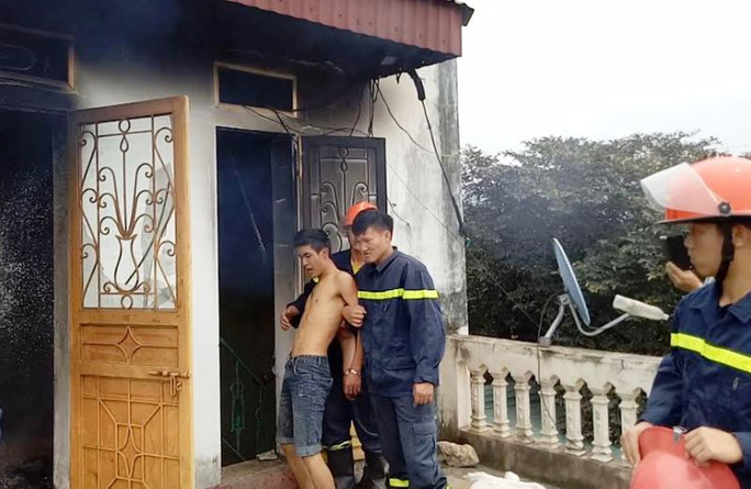 Cảnh sát PCCC khống chế đối tượng ngáo đá phóng hỏa đốt nhà mình