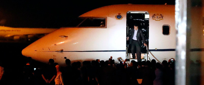 Một trong những người Malaysia bị mắc kẹt tại Triều Tiên trở về Kuala Lumpur hôm 31-3. Ảnh: AP