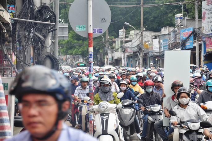 Đường Nguyễn Kiệm (đoạn từ ngã tư Phú Nhuận, quận Phú Nhuận về khu vực quận Gò Vấp) đều bị nghẽn lại khi đến vòng xoay nói trên. Lượng xe liên tục dồn đến, trong khi đoạn qua vòng xoay chưa giải tỏa kịp khiến tình hình càng trở nên trầm trọng