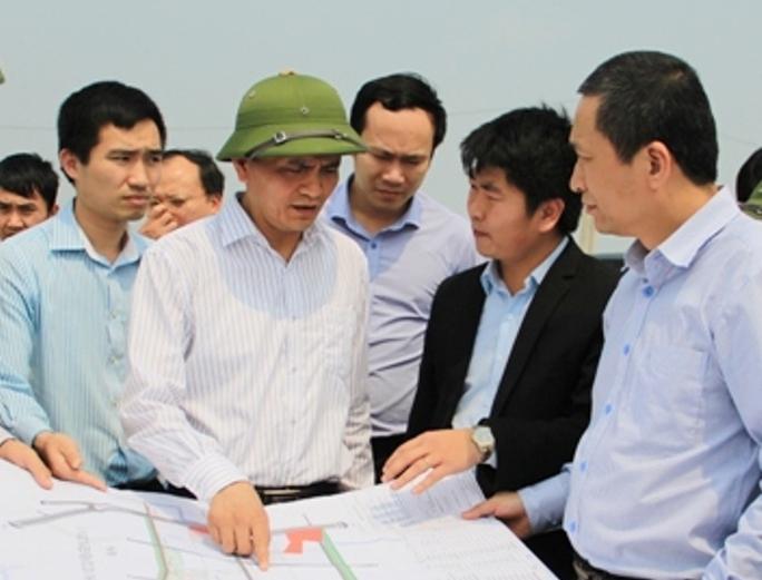 Ông Ngô Văn Tuấn, Phó Chủ tịch UBND tỉnh Thanh Hóa (đội mũ cối), lúc giữ chức Giám đốc Sở Xây dựng Thanh Hóa đã mắc nhiều sai phạm trong bổ nhiệm bà Trần Vũ Quỳnh Anh