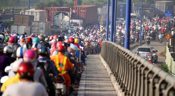 Sáng 4-4, một vụ kẹt xe nghiêm trọng xảy ra trên khu vực xa lộ Hà Nội, đoạn cầu Rạch Chiếc (giao giữa khu vực quận 9 và quận 2) khiến hàng ngàn người mắc kẹt dẫn đến trễ học, trễ làm.