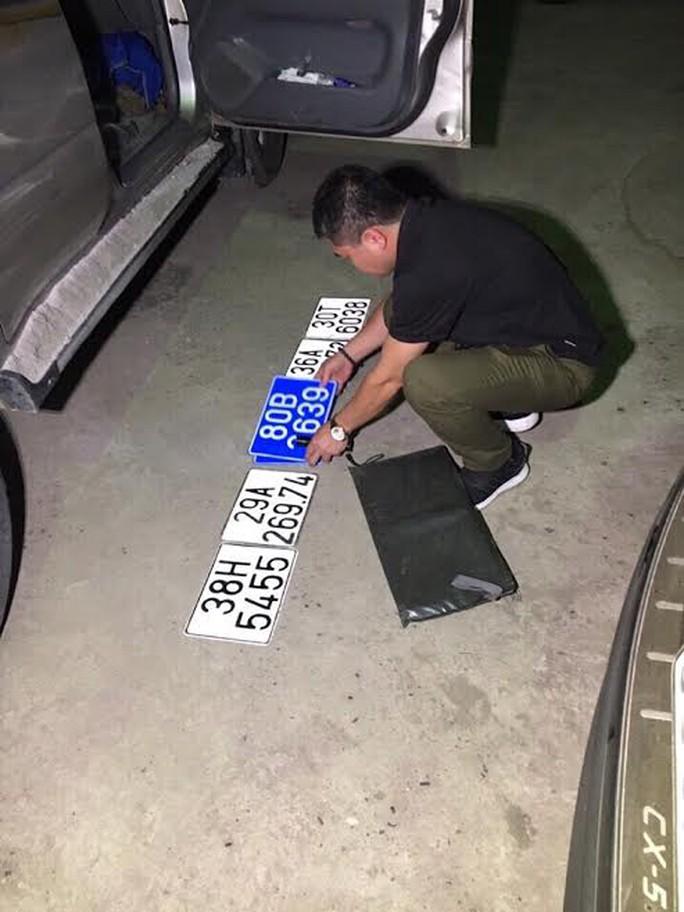 Hàng loạt biển số xe các tỉnh và xe biển 80B được tìm thấy trên xe ô tô
