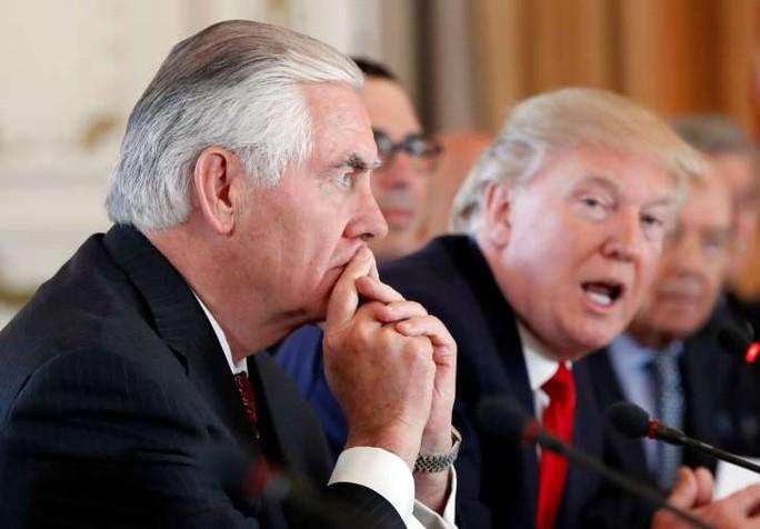Ngoại trưởng Tillerson (trái) và Tổng thống Trump. Ảnh: AP