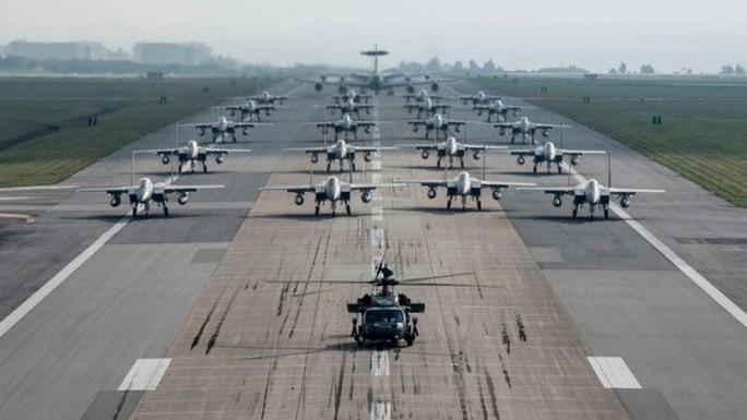 Các máy bay chiến đấu thuộc Phi đội 18 của không quân Mỹ bao gồm HH-60 Pave Hawks, F-15 Eagles, E-3 Sentries và KC-135 Stratotankers tại căn cứ không quân Kadena. Ảnh: U.S. AIR FORCE