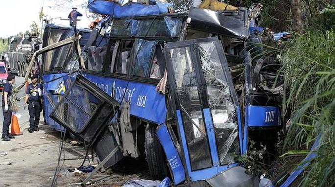Chiếc xe buýt móp méo không còn nhận ra. Ảnh: AP