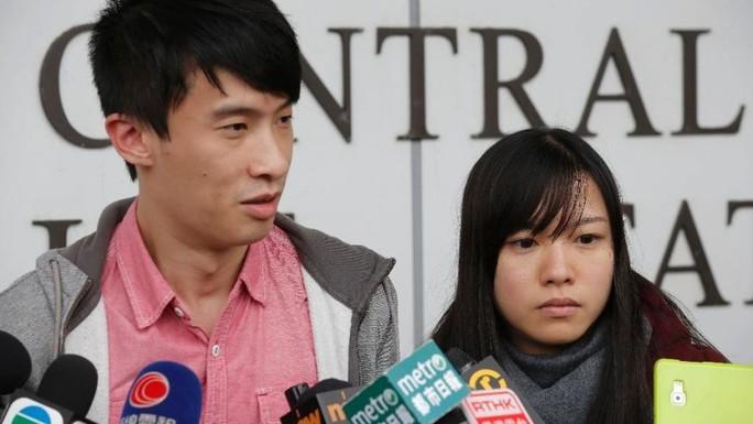 Anh Leung và cô Yau trả lời phỏng vấn bên ngoài đồn cảnh sát hôm 25-4. Ảnh: AP