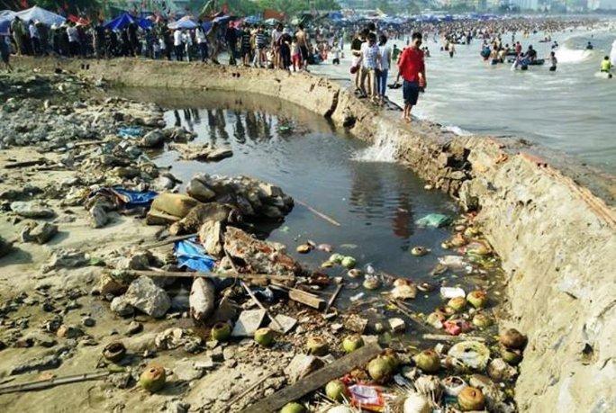 Nước thải đen ngòm cộng với rác thải được xả bừa bãi khiến hình ảnh Sầm Sơn xấu đi trong lòng du khách