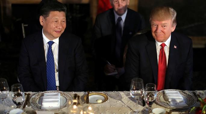 Ông Trump (phải) ăn tối cùng ông Tập hôm 6-4. Ảnh: REUTERS