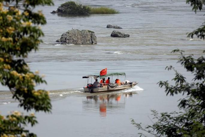 Các kỹ sư Trung Quốc khảo sát đoạn sông Mekong tại biên giới giữa Lào và Thái Lan ngày 23-4. Ảnh: REUTERS