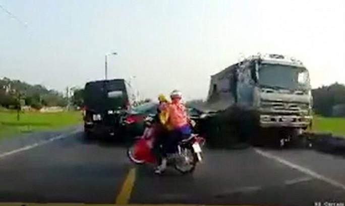 Chiếc xe tải lấn sang làn đối diện tông chết đôi nam nữ đi xe máy - Ảnh cắt từ camera hành trình