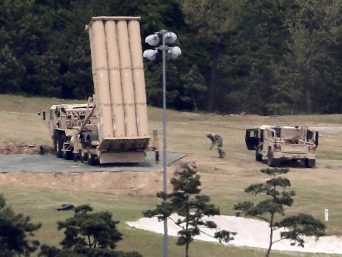 Quân đội Mỹ - Hàn chuyển các bộ phận tên lửa vào vị trí lắp ráp ở quận Seongju. Ảnh: AP