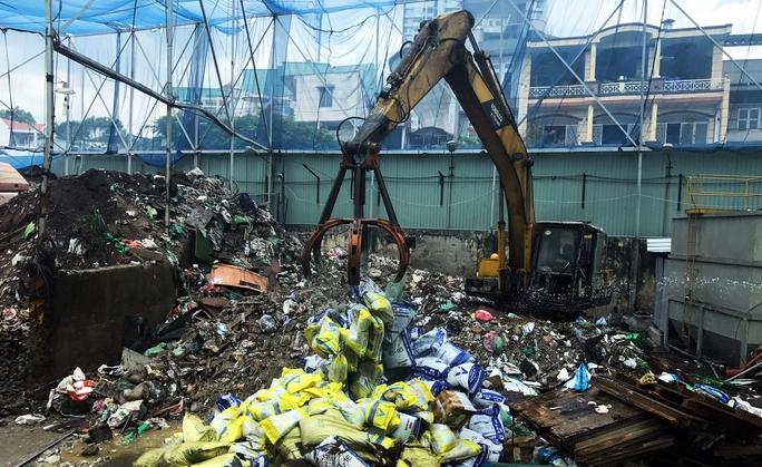 TP HCM: Tiêu hủy 22 tấn phân bón giả - Ảnh 1.