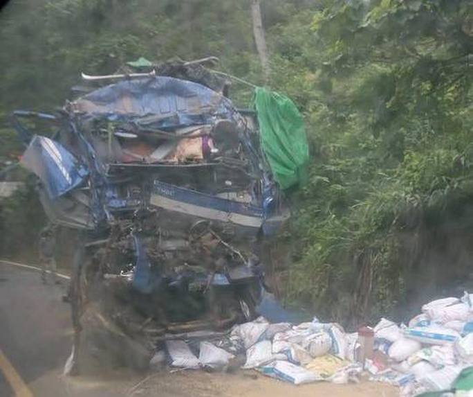 2 người trong xe tải lao vào vách núi tử vong, người nhảy ra bị thương - Ảnh 1.