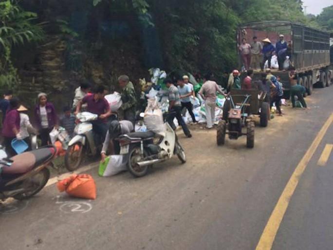 Vụ tai nạn 2 người chết ở Hoà Bình: Nhiều người dân hôi của - Ảnh 1.