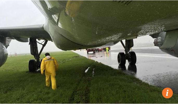 Máy bay trượt khỏi đường băng khi hạ cánh - Ảnh 2.
