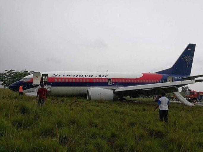 Máy bay chở 150 người trượt khỏi đường băng - Ảnh 1.