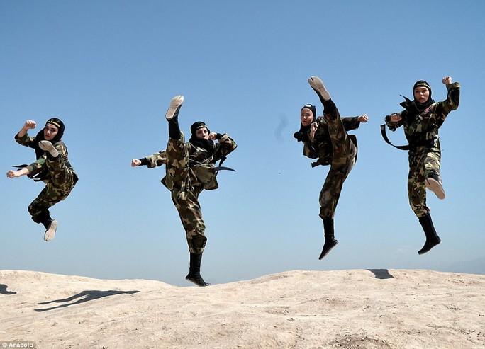 Iran: Đào tạo 4.000 nữ ninja trong sa mạc - Ảnh 3.