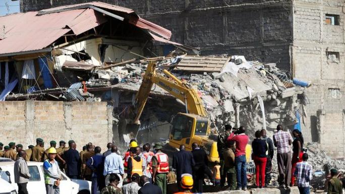 Nhà 7 tầng sập hẳn trong đêm, chôn vùi nhiều người - Ảnh 1.