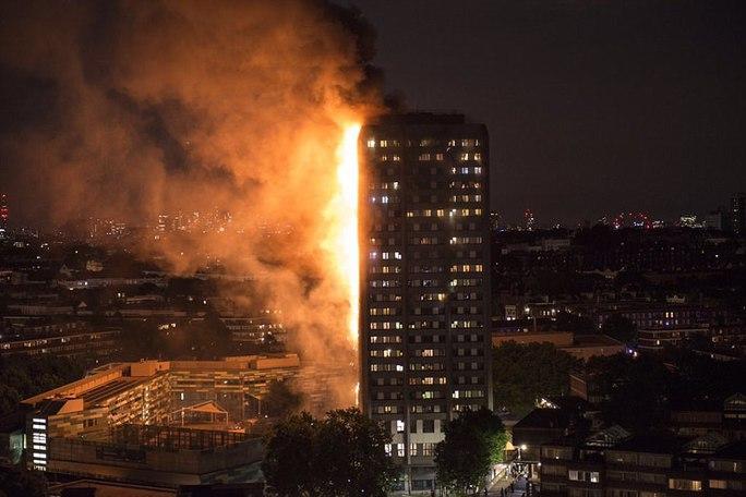 Đám cháy kinh hoàng nuốt chửng tòa nhà 27 tầng ở London - Ảnh 1.