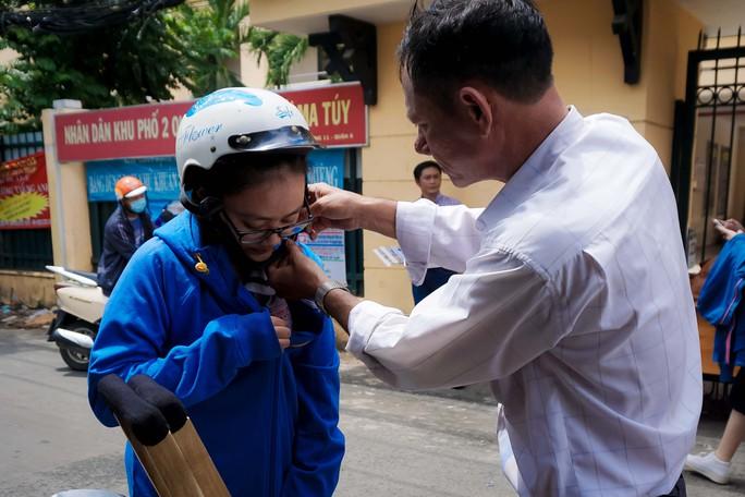 Cảm động hình ảnh người cha đưa con gái đi thi tại TP HCM - Ảnh 1.