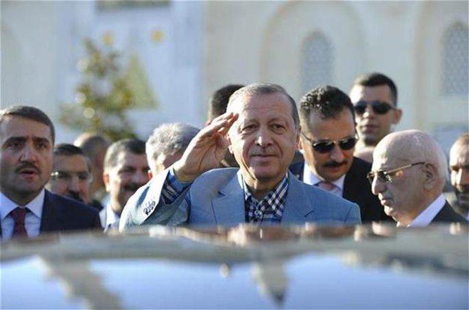 Tổng thống Thổ Nhĩ Kỳ ngất xỉu trong lễ cầu nguyện - Ảnh 1.