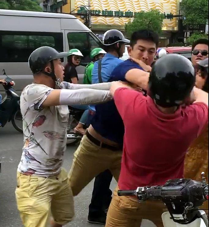 Tạm giữ 2 thanh niên hè nhau tấn công 1 người nước ngoài - Ảnh 1.