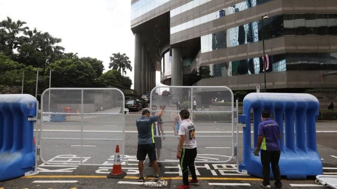 Hồng Kông dựng 300 rào chắn bảo vệ Chủ tịch Trung Quốc - Ảnh 1.