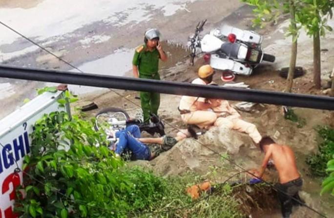 Đèo 3 bỏ chạy tông vào xe CSGT làm 2 người bị thương - Ảnh 1.