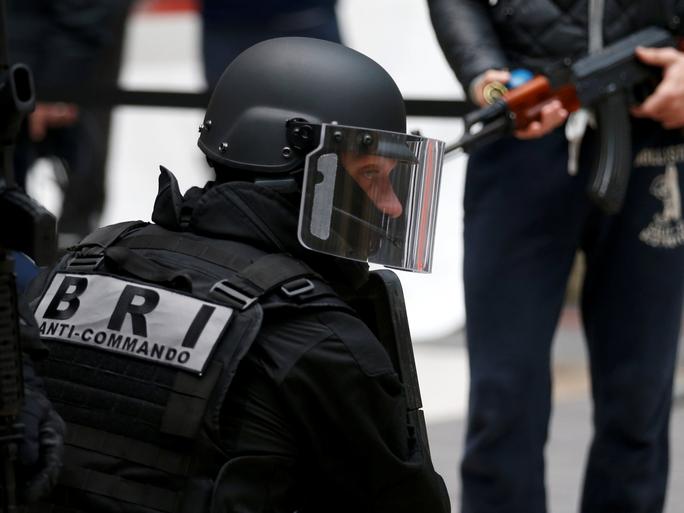 Pháp: Trùm đầu xả súng vào tín đồ Hồi giáo - Ảnh 1.