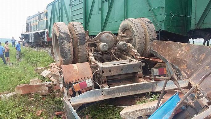 Cố băng qua đường sắt, xe tải bị tông nát, tài xế tử vong - Ảnh 1.