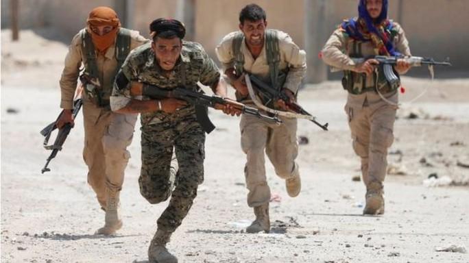 Syria: Xuyên thủng bức tường lịch sử ở thành trì IS - Ảnh 1.